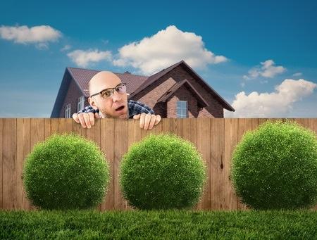 Gartenhaus einfach so aufstellen? Da ist nicht nur der Ärger mit den Nachbarn vorprogrammiert!