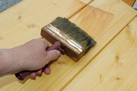 Zwingend erforderlich ist das Auftragen des Holzschutzes für den  Aussenbereich. Sinnvoll kann aber auch ein Schutz für den Innenbereich sein.