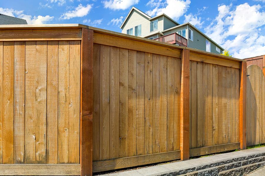 wie hoch darf ein zaun zum nachbarn sein gartenhaus aufbau