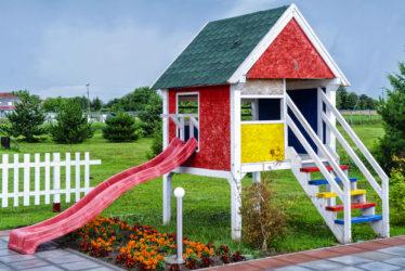 Spielhäuser aus Holz im Garten